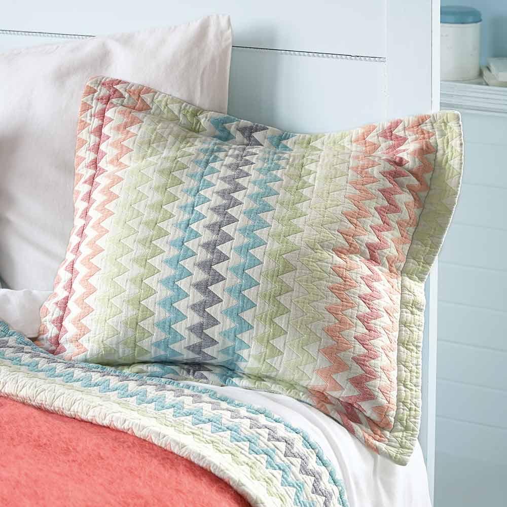 kissen und tagesdecke von vossberg auf. Black Bedroom Furniture Sets. Home Design Ideas